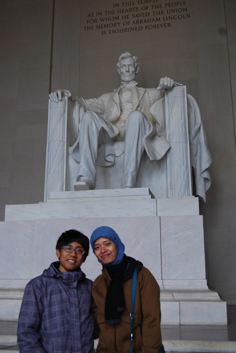 di depan patung Lincoln