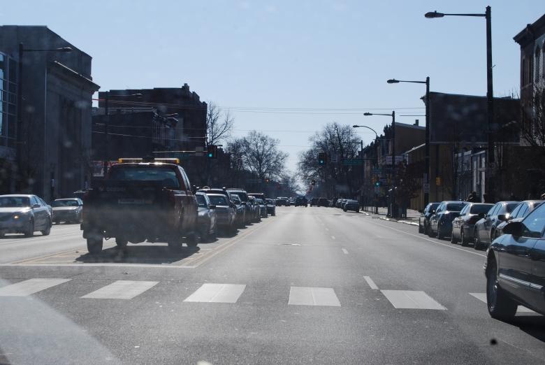 mobil yang parkir di tengah jalan raya