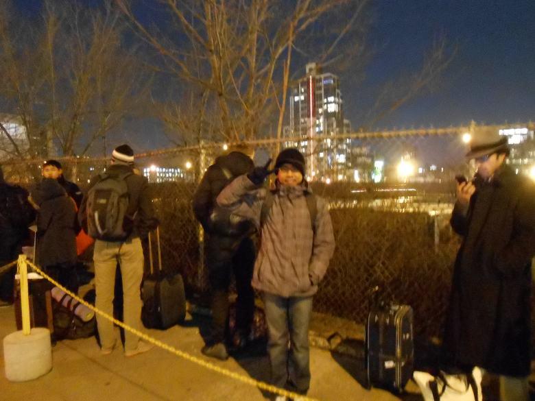 kedinginan di tempat menunggu Megabus