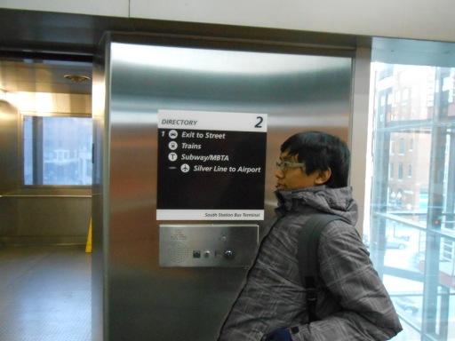 di dalam elevator yang bersih tanpa coretan tangan usil