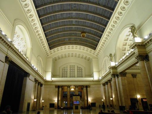 hall di tengah stasiun