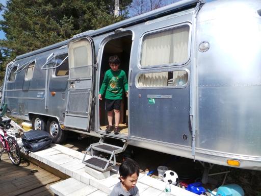 trailer yang berisi 3 tempat tidur, dapur dan kamar mandi