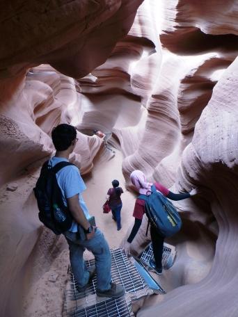 untuk menyusuri Lower Antelope Canyon harus sedikit berjuang