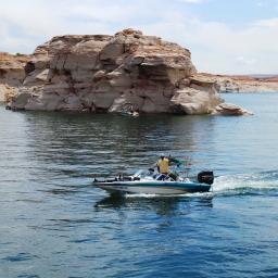 setiap berpapasan dengan boat kecil pasti penghuninya melambaikan tangan