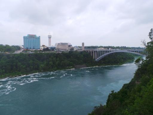 Niagara Falls sisi Kanada (seberang), penuh dengan hotel berbintang dan kasino