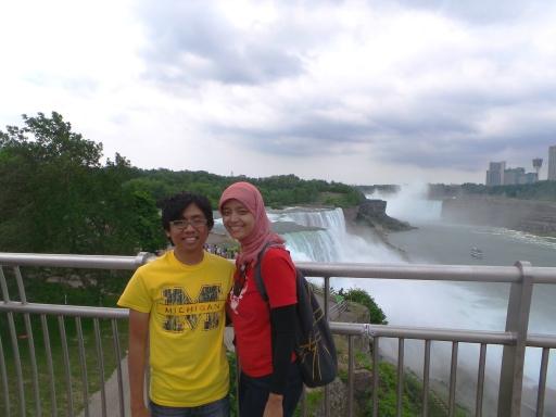 foto berdua di depan American Falls