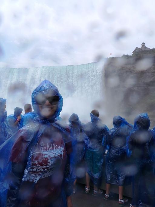 di depan Horseshoe Falls, keliatan basah kuyubnya kan?